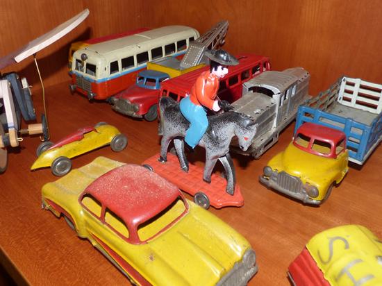 Coleção de brinquedos em depósito na ESE | Armando Dourado e Acúrcio Moniz